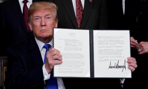 Ông Trump ký biên bản ghi nhớ áp thuế nhập khẩu hàng công nghệ cao Trung Quốc. Ảnh: Reuters