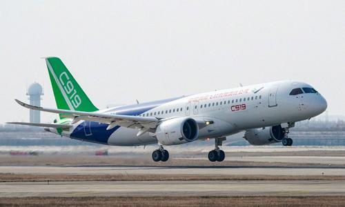 Máy bay C919 bay thử tại sân bay quốc tế Thượng Hải cuối năm ngoái. Ảnh: AP