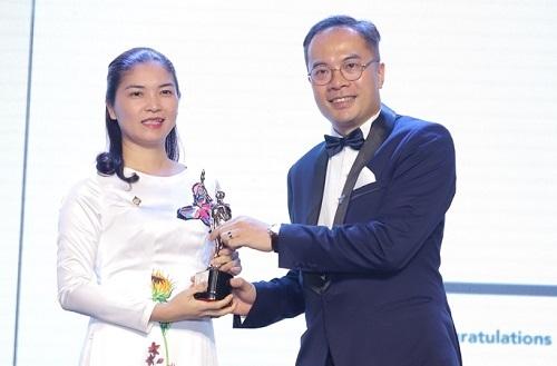 Bà Trần Thị Mỹ Hạnh - Phó tổng giám đốc Tập đoàn Sun Group, đại diện nhận giải thưởng 50 doanh nghiệp có môi trường làm việc tốt nhất châu Á 2019 từ ông William Ng - Tổng biên tập tạp chí HR Asia