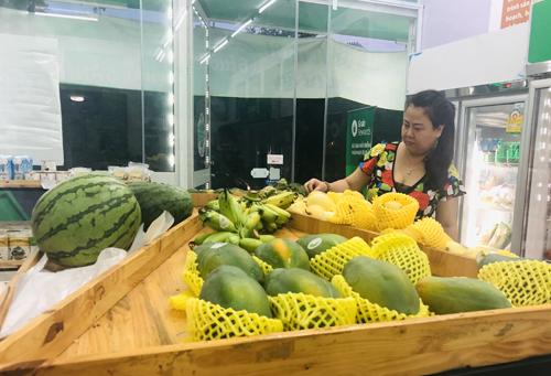 Khách hàng chọn thực phẩm tại một cửa hàng ởHà Nội