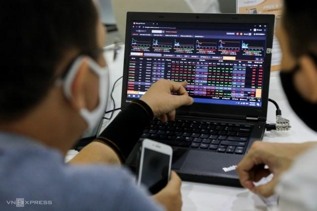 Nhà đầu tư giao dịch trực tuyến tại một công ty chứng khoán ở TP HCM. Ảnh: Quỳnh Trần.