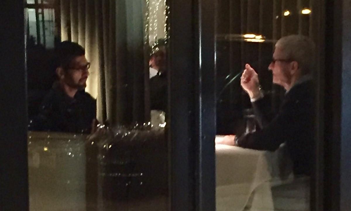 Pichai (trái) và Cook trong nhà hàng tại Palo Alto hồi năm 2017. Ảnh: Twitter/SteveDSims1.