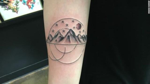 Hình xăm dãy núi có mặt trăng là một sự khởi đầu mới còn ngôi sao là những người luôn động viên. Ảnh: CNN