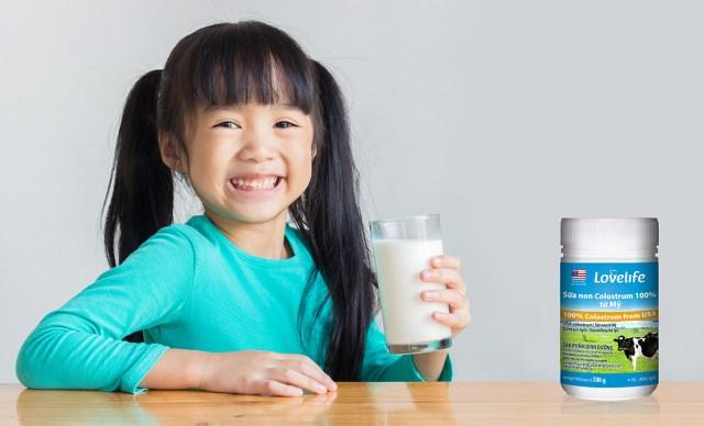 Sữa cần thiết với sự phát triển của trẻ. Sữa non Lovelife sản xuất tại Mỹ, nguyên liệu 100% sữa non của bò, giúp người sử dụng tăng sức đề kháng và khả năng miễn dịch của cơ thể vì có chứa nhiều IgG (Immunoglobulin G) với tỷ lệ 20g/100g sữa. Lượng kháng thể IgG trong cơ thể càng nhiều thì hệ miễn dịch khoẻ mạnh hơn