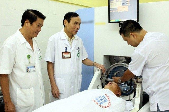Bác sĩ Mai Trọng Khoa (giữa) điều trị cho bệnh nhân ung thư tại Bệnh viện Bạch Mai. Ảnh: Thế Anh.
