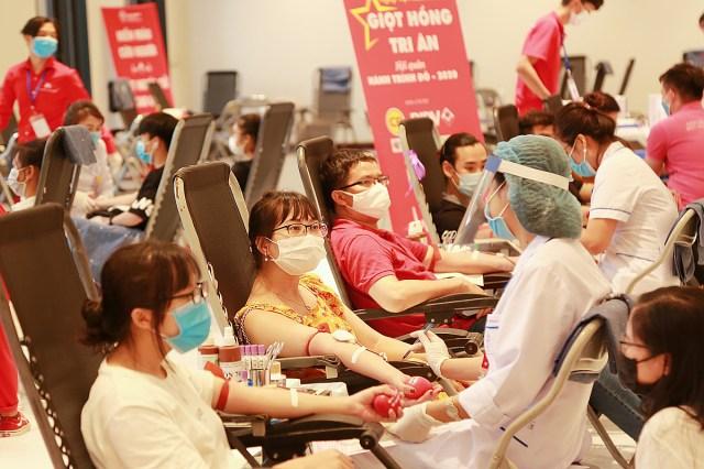Các bạn trẻ tham gia hiến máu tại Hà Nội, ngày 2/8. Ảnh: Công Thắng.