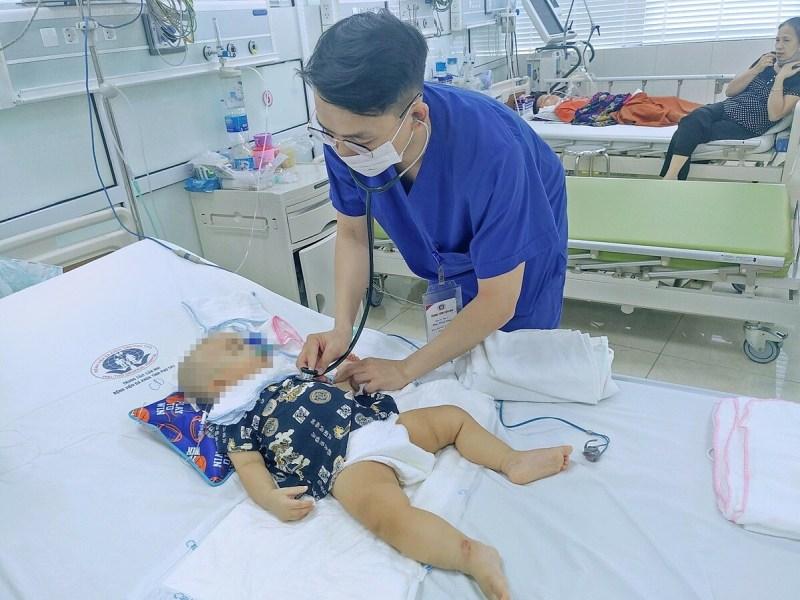 Bác sĩ khám cho em bé tại Bệnh viện Sản Nhi Phú Thọ. Ảnh: Bệnh viện cung cấp,