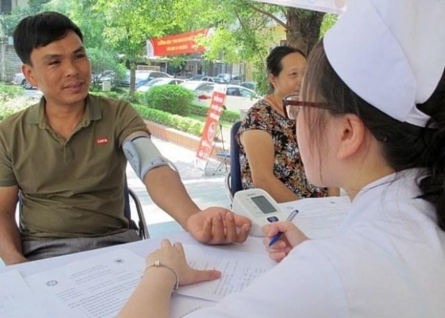 Người dân kiểm tra huyết áp. Ảnh: N.P