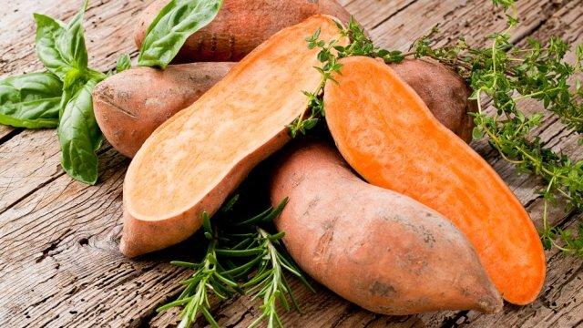 Khoai lang chứa nhiều chất chống oxy hóa, bao gồm cả vitamin A và C. Ảnh Mashed