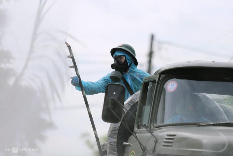 Quân đội phun khử khuẩn tại thôn Đoài Thịnh, xã Thạch Trung, nơi hai vợ chồng doanh nhân về từ Bình Dương lưu trú. Ảnh: Đức Hùng