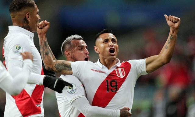 Niềm vui của cầu thủ Peru khi thắng Chile ở bán kết. Ảnh: AFP.