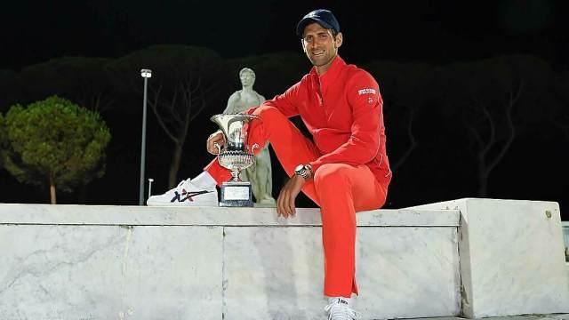 Djokovic bên chiếc cup Rome Masters 2020. Ảnh: ATP Tour.