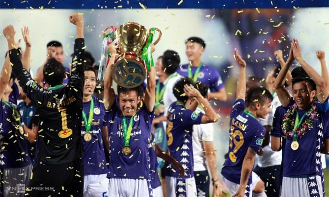 Chiếc Cup Quốc gia vừa đoạt được cho thấy Hà Nội đã lấy lại nguyên khát khao chinh phục cũng như phong độ của đội bóng từng năm lần vô địch V-League. Ảnh: Lâm Thỏa