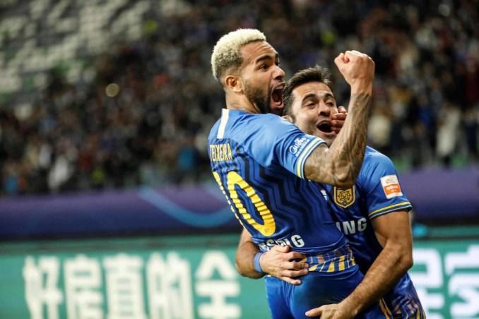 Texeira và Eder chung vui sau khi ghi bàn giúp Giang Tô hạ Hằng Đại Quảng Châu ở chung kết để vô địch CLS hồi tháng 11/2020. Ảnh: AFP