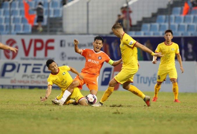 Đà Nẵng (cam) thua trận thứ hai liên tiếp, dù khởi đầu bằng ba trận toàn thắng ở V-League 2021. Ảnh: VPF.