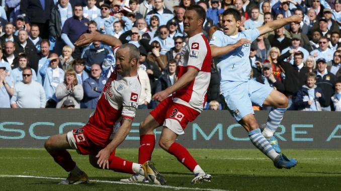 Man City nhìn thấy những phẩm chất đặc biệt của Aguero và quyết định chi lớn để tậu anh. Bàn thắng mang lại chức vô địch Ngoại hạng Anh năm 2012 chỉ là một trong những khoảnh khắc chứng minh tính đúng đắn của vụ đầu tư này. Ảnh: Reuters