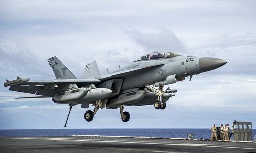 Tiêm kích tác chiến điện tử EA-18G Growler hạ cánh trên tàu sân bay. Ảnh:USNI.