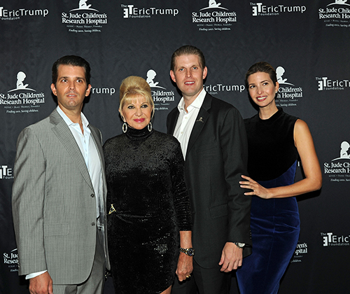 Bà Ivana cùng 3 con chung với ông Trump. Từ trái sang:Donald Trump Jr., Ivana Trump, Eric Trump and Ivanka Trump