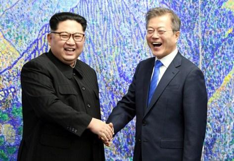 Hai lãnh đạo bắt tay trong Nhà Hòa bình, nơi diễn ra hội nghị thượng đỉnh. Ảnh: Reuters.
