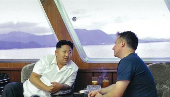 Kim Jong-un (trái) và Spavor trao đổi trên du thuyền năm 2013. Ảnh :AFP.