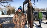 Jon Eiden và con cá tầm dài hơn hai mét. Ảnh: KFOX.