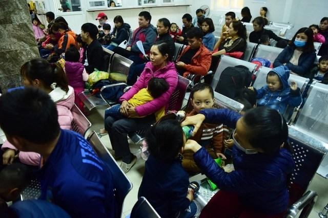 Hàng trăm phụ huynh cho con đi xét nghiệm sán lợn ở Viện Sốt rét - Ký sinh trùng - Côn trùng Trung ương hôm 17/3. Ảnh: Giang Huy