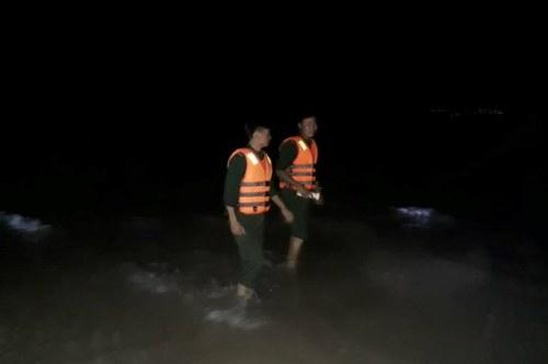 Bộ đội biên phòng đi dọc biển tìm kiếm nam thanh niên. Ảnh: V.T