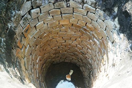 Giếng cổ hiện không còn được dùng. Ảnh: Phạm Linh.