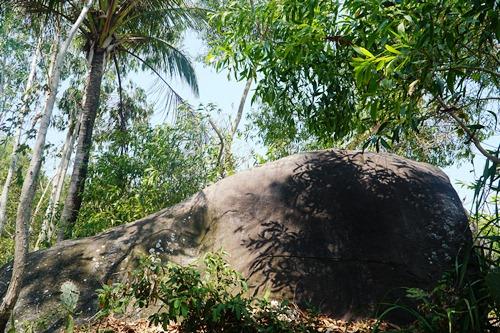 Tảng đá bazan được khắc 10 dòng chữ Chăm ở Sa Huỳnh. Ảnh: Phạm Linh.