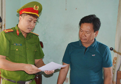 Cơ quan điều tra đọc lệnh bắt ông Lê Tự Trung. Ảnh: Đại Hiệp.