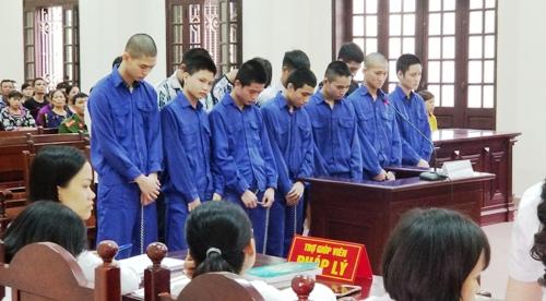 12 bị cáo tham gia vụ đâm chém khiến nạn nhân Nguyễn Quốc Dũng tử vong hầu tòa. Ảnh: Giang Chinh