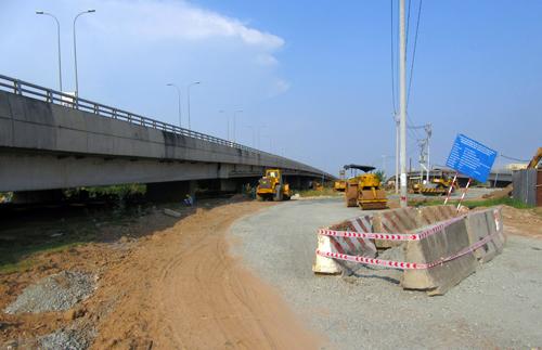 Một trường hợp người dân chiếm dụng hành lang an toàn cao tốc xây dựng đường đi tại quận 9. Ảnh: Vân Quỳnh