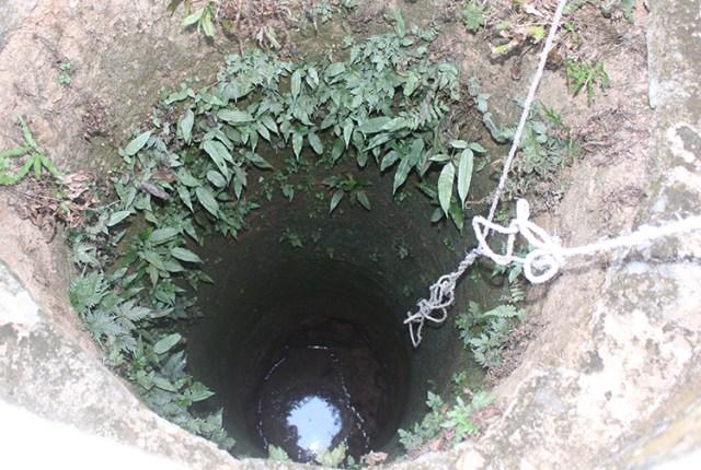 Một giếng của hộ dân tại Mậu Đức trơ đáy. Ảnh: Phạm Bá.