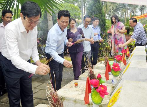 Nguyên Chủ tịch nước Trương Tấn Sang và Bí thư Tỉnh uỷ Hà Giang Đặng Quốc Khánh thắp hương tại nghĩa trang Vị Xuyên. Ảnh: Kim Tiến.