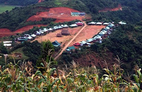 Một ngôi làng dân tộc Cơ Tu, huyện Tây Giang được sắp xếp, việc này rất thuận lợi cho chính quyền quản lý. Ảnh: Đắc Thành.