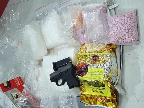 Ma tuý, súng cảnh sát tìm thấy tại chung cư. Ảnh: Công an cung cấp.