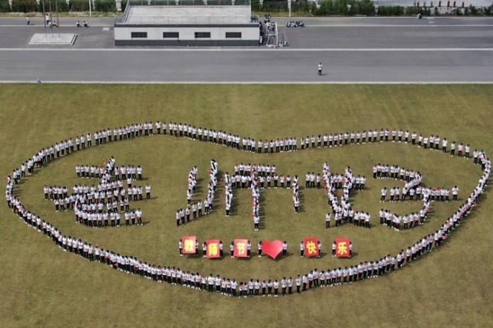 Các sinh viên tại trường Cao đẳng nghề kỹ thuật Dương Châu xếp chữ Xin chào vào ngày Nhà giáo. Ảnh: Handout