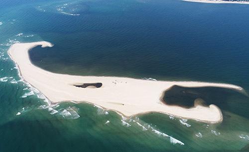 Cồn cát nổi lên biển Cửa Đại. Ảnh: Tổng cục Phòng chống thiên tai.