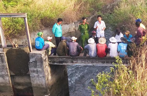 Nhóm nông dân phá phá cửa xả kênh thủy lợi để dẫn nước về cứu ruộng lúa được chính quyền và công an giải thích. Ảnh: Việt Quốc.