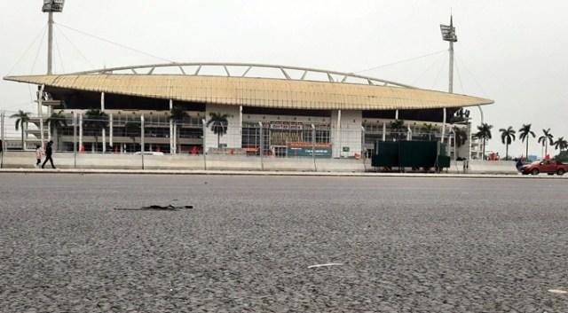 Khu vực trước cửa sân vận động Mỹ Đình, rào chắn đã được tháo bỏ, mặt đường đua F1 đã được trải thảm. Ảnh. Bá Đô