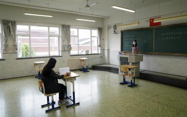 Một giáo viên luyện tập cho kỳ thi đại học ở Trường Phổ thông số 12 ở Bắc Kinh, ngày 3/7. Ảnh: China Daily.
