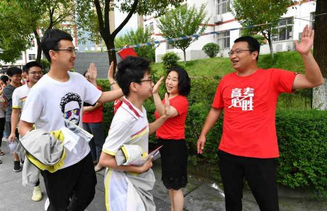 Các giáo viên (mặc áo đỏ) động viên tinh thần sĩ tử tại tỉnh Hồ Bắc, Trung Quốc, trong kỳ thi Gaokao năm 2020. Ảnh: Yang Tao/Xinhua