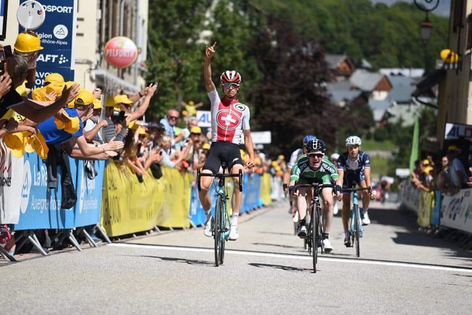 Gino Mäder sur le podium du Tour de l'Avenir !