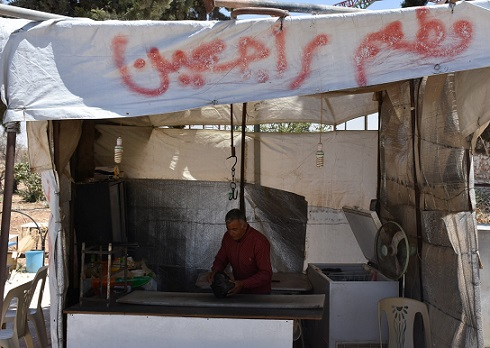 """نازح يطلق على مطعمه اسم """"راجعين"""" أملاً بالعودة إلى عفرين"""