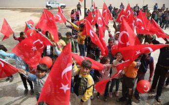 احتفال الأطفال وهم رافعين العلم التركي، مع غياب الأعلام السورية، في إحدى قرى عفرين بعد سيطرة الجيش التركي والفصائل الموالية له. 26 مارس/آذار 2018⁹