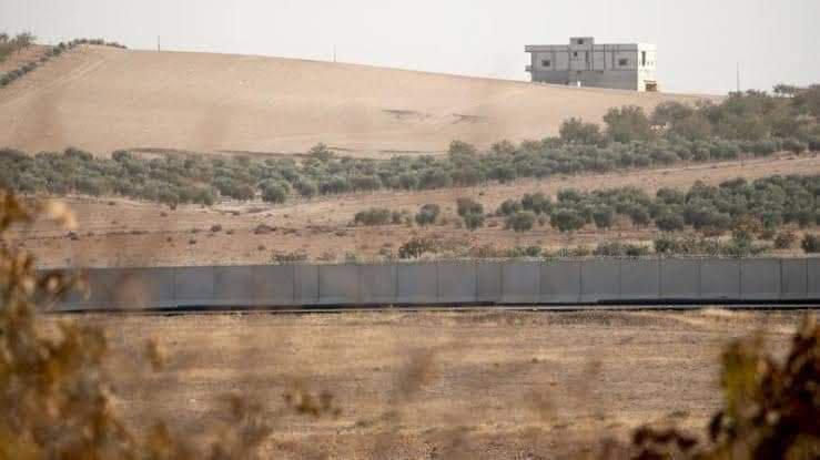 تركيا تقيم جدار اسمنتي لعزل وفصل قرى وبلدات في عفرين