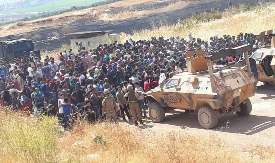 """10 آلاف سوري يتظاهرون على الحدود ويرددون شعار """"الجيش التركي خائن"""""""