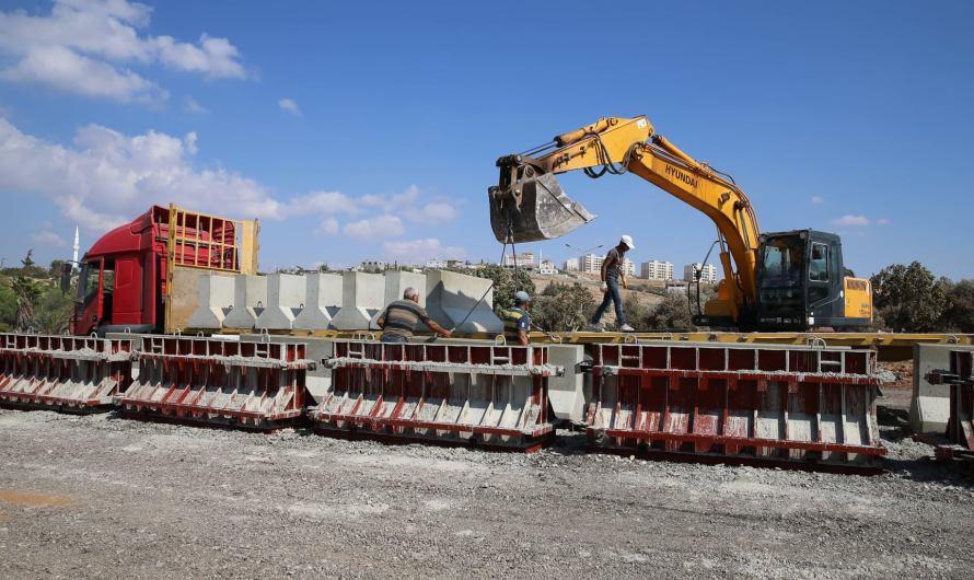 القوات التركية تواصل بناء كتل خرسانية لفصل عفرين عن محيطها السوري