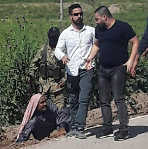 شاهد: جندي تركي يعتدي على مسن سوري في مدينة تل أبيض ويوقعه أرضاً