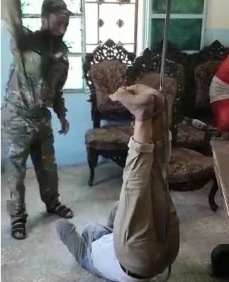 """فيديو جديد .. قيادي في """"الجيش الوطني"""" الموالي لتركيا """"يعذب"""" معتقلاً في عفرين بطريقة وحشية"""
